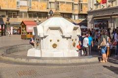 Leute nahe dem Brunnen auf akademischem Quadrat, Belgrad, Serbien lizenzfreies stockfoto