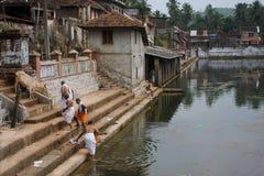 Leute nahe dem Wasserbecken in der alten indischen Stadt Lizenzfreies Stockbild