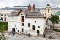 Leute nahe Museum das alte englische Gericht in Moskau Stockfotografie