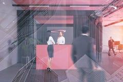 Leute nahe rosa Aufnahmeschreibtisch in der Bürolobby stock abbildung