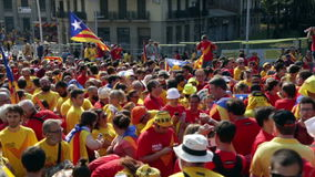 Leute am Nationaltag von Katalonien in Barcelona stock video footage