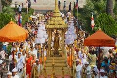 Leute nehmen an der religiösen Prozession während Phi Mai Lao New Year-Feiern in Luang Prabang, Laos teil Lizenzfreies Stockbild