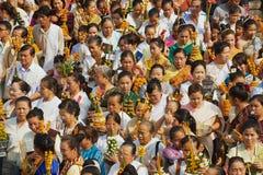 Leute nehmen an der religiösen Prozession während Phi Mai Lao New Year-Feiern in Luang Prabang, Laos teil Stockfotografie