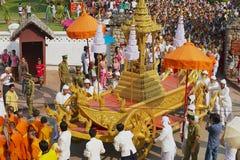 Leute nehmen an der religiösen Prozession während Phi Mai Lao New Year-Feiern in Luang Prabang, Laos teil Lizenzfreie Stockfotos