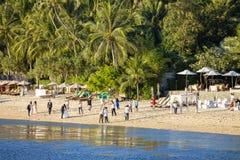 Leute nehmen an einer Fotoaufnahme auf dem Strand von Insel Koh Samui, Thailand teil Stockbilder