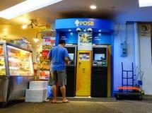 Leute nehmen Geld von ATM in Chinatown, Singapur zurück Stockfoto