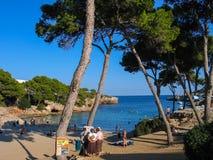 Leute nehmen an Strand an Bucht Calas Esmeralda in Majorca teil Stockbilder