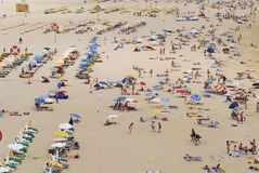 Leute nehmen an Strand Praia-DA Rocha in Portimao, Portugal ein Sonnenbad Stockfoto