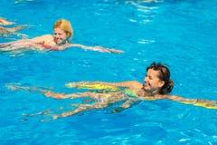 Leute nehmen an Wasseraerobic im Pool teil lizenzfreie stockbilder