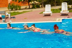 Leute nehmen an Wasseraerobic im Pool teil lizenzfreie stockfotografie
