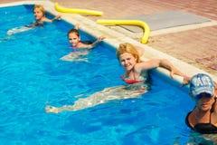 Leute nehmen an Wasseraerobic im Pool teil stockbild