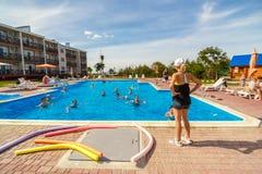 Leute nehmen an Wasseraerobic im Pool teil stockbilder