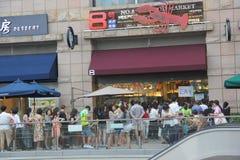 Leute oben angestanden für Abendessen in SHENZHEN Stockfotos