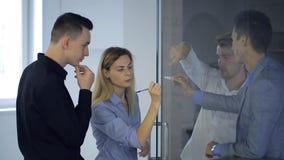 Leute organisieren kreativen Geistesblitz im Büro in der Tageszeit stock video