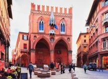 Leute an Palazzo-della Mercanzia im Bologna stockfoto