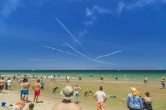 Leute passen airshow von Düsenflugzeugn auf Lizenzfreie Stockfotografie