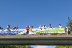 Leute passen das 51. Radrennen auf Stockfoto