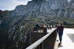Leute passen Landschaft am Balkon von Montserrat-Abtei auf Stockfoto