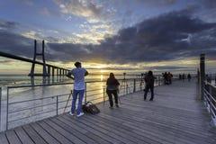 Leute photographig Sonnenaufgang stockfotografie