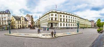 Leute am Platz vor Haus der Politik, das Hessische Lizenzfreie Stockfotografie