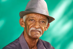 Leute-Porträt-ernster älterer Afroamerikaner-Mann mit Hut stockbild