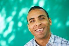 Leute-Porträt junger Latino-Mann, der mit glücklichem Gesicht lächelt Stockfoto