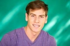 Leute-Porträt junger Latino-Mann, der mit glücklichem Gesicht lächelt Lizenzfreie Stockfotos