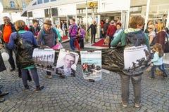 Leute protestieren für die willkommene Kultur für Flüchtlinge Lizenzfreie Stockbilder