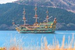 Leute reisen auf Boote und Schiff in Ashi Lake, Hakone stockbild