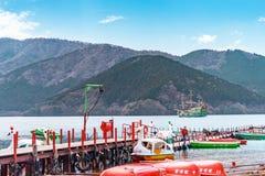 Leute reisen auf Boote und Schiff in Ashi Lake, Hakone stockfotos