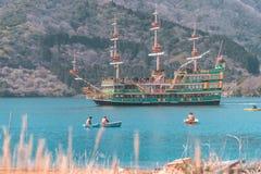 Leute reisen auf Boote und Schiff in Ashi Lake, Hakone stockfotografie