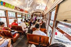 Leute reisen mit dem berühmten alten Straßenauto in New Orleans Stockfotografie