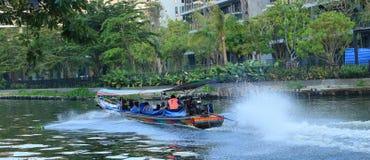Leute reisen mit dem Boot, um starken Verkehr während der Hauptverkehrszeiten zu vermeiden lizenzfreie stockfotos