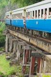 Leute reisen mit dem Weinlesezug durch die Todeseisenbahn in Kanchanaburi, Thailand Lizenzfreies Stockbild
