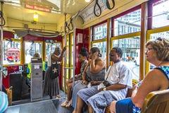 Leute reisen mit der berühmten alten Straßenauto St- Charleslinie Stockfotos