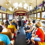 Leute reisen mit der berühmten alten Straßenauto St- Charleslinie Stockbild