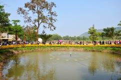 Leute reisen und gehend in Jim Thompson Farm in Nakhon Ratchas Stockbild
