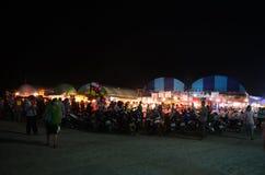 Leute reisen und kaufendes Lebensmittel und Produkt in der Marktmesse im annu Lizenzfreie Stockbilder
