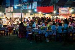 Leute reisen und kaufendes Lebensmittel und Produkt in der Marktmesse im annu Lizenzfreie Stockfotografie