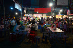 Leute reisen und kaufendes Lebensmittel und Produkt in der Marktmesse im annu Stockbild
