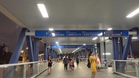Leute reisen von Hong Kong, der, um Fährenpier die Hauptrolle zu spielen zentral ist stock video