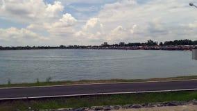 Leute reiten ein Bananenboot im Sumpf stock video footage