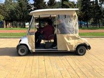 Leute reiten in ein kleines Elektroauto, ein Golfauto auf der Seeseite auf einem sandigen Strand Georgia, Batumi, am 17. April 20 stockfotos