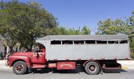 Leute reiten LKW-Busse (Camion) in Holguin Lizenzfreie Stockbilder