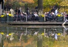 Leute am Restaurant im Central Park, NY lizenzfreie stockbilder