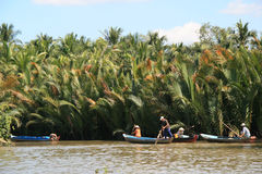 Leute rudern auf einem Fluss in Vietnam Stockfotografie