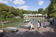 Leute rudern in den Booten auf Teich New York City Central Park nahe Boot lizenzfreies stockfoto