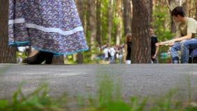 Leute ` s Füße in einem öffentlichen Ort Weg im Park im Sommer stock footage