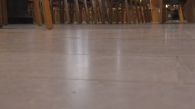 Leute ` s Füße und Stühle in der Halle stock video
