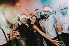 Leute in Santa Claus Cap Celebrating New Year lizenzfreie stockfotos